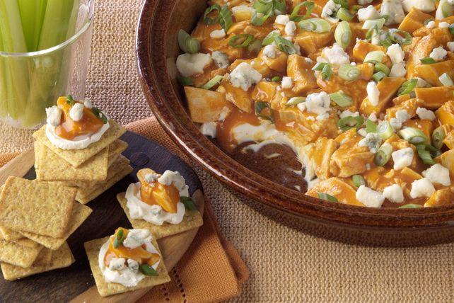 Cette trempette chaude au fromage à la crème a toute la saveur des ailes de poulet Buffalo, mais elle est bien plus facile à préparer. En seulement 15 minutes, elle sera prête pour vos invités.