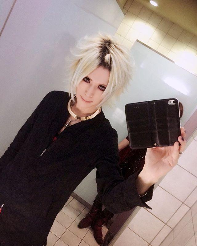 GM;) #mirrorselfie #makeuplover #makeup #guitarist #guitarplayer #visualkei #vkei #vrock #jrock #v系 #visual系 #ヴィジュアル系 #ビジュアル系