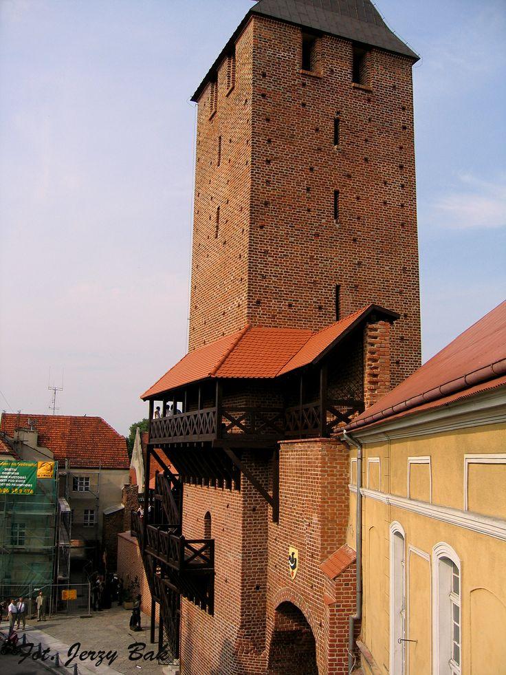 Odrestaurowana Brama Krakowska w Namysłowie http://salvadofotografia.blogspot.com/2013/09/namysow-moje-miasto-remont-bramy.html