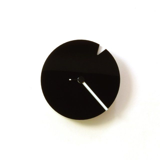 The Minimalist Wall Clock In Black & White // 10 Minimalist Home Decor Ideas That Will Turn Your Home Into A Paradise