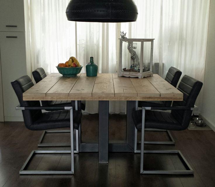 Vierkante industriële tafel gemaakt van hout en staal (model 4)