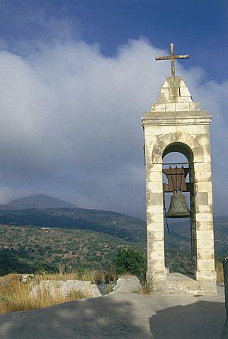 Campanario con una cruz cerca de las ruinas de Baram en la Alta Galilea, Israel