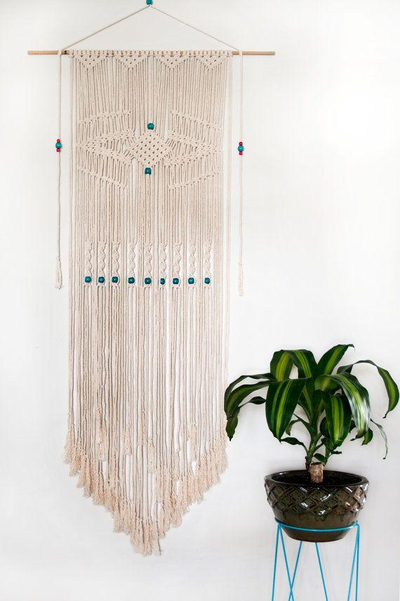 Cette tenture est une prise moderne sur lart populaire 70  s dun macramé quil est fait dune tige de bambou, corde de coton naturel diamètre 6 mm et perles en bois.  Cette tenture est denviron 70cm (27,5 po) de largeur et 170cm (67 po) de longueur.  Une gamme de perles colorées en bois sont disponibles pour le rendre facile à match de couleur pour votre maison.  Chaque pièce est faite à la commande donc s'il vous plaît permettre à environ 3 semaines pour l'expédition. Comme chaque pièce est…