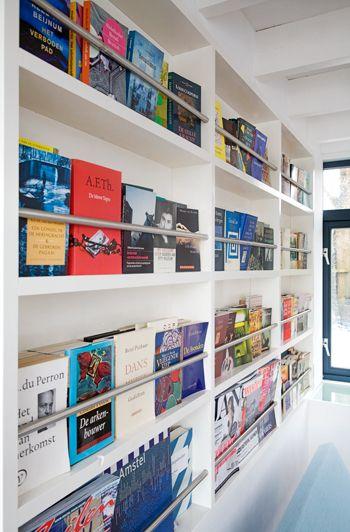 Deze zwevende boekenkast is een variatie op een soortgelijke kast ontworpen door architect Gunnar Daan.