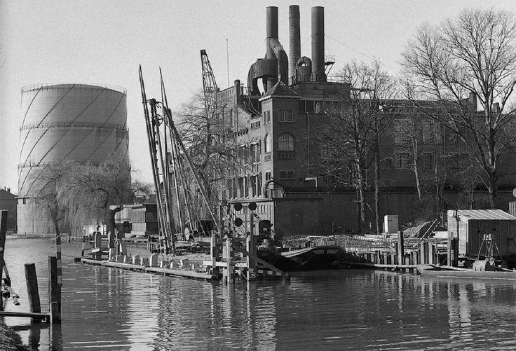 Delft, Kanaalweg tijdens de aanleg van de St, Sebastiaanbrug naast de centrale, 1959-1960