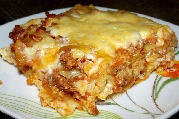 Ингредиенты на 10 порций: паста (листы) для лазаньи - 250 г, фарш - 600-800 г, сыр - 300 г, лук репчатый - 1-2 шт, морковь - 1 шт., томатная паста - 1 ст.л, чеснок - 3 зубчика.