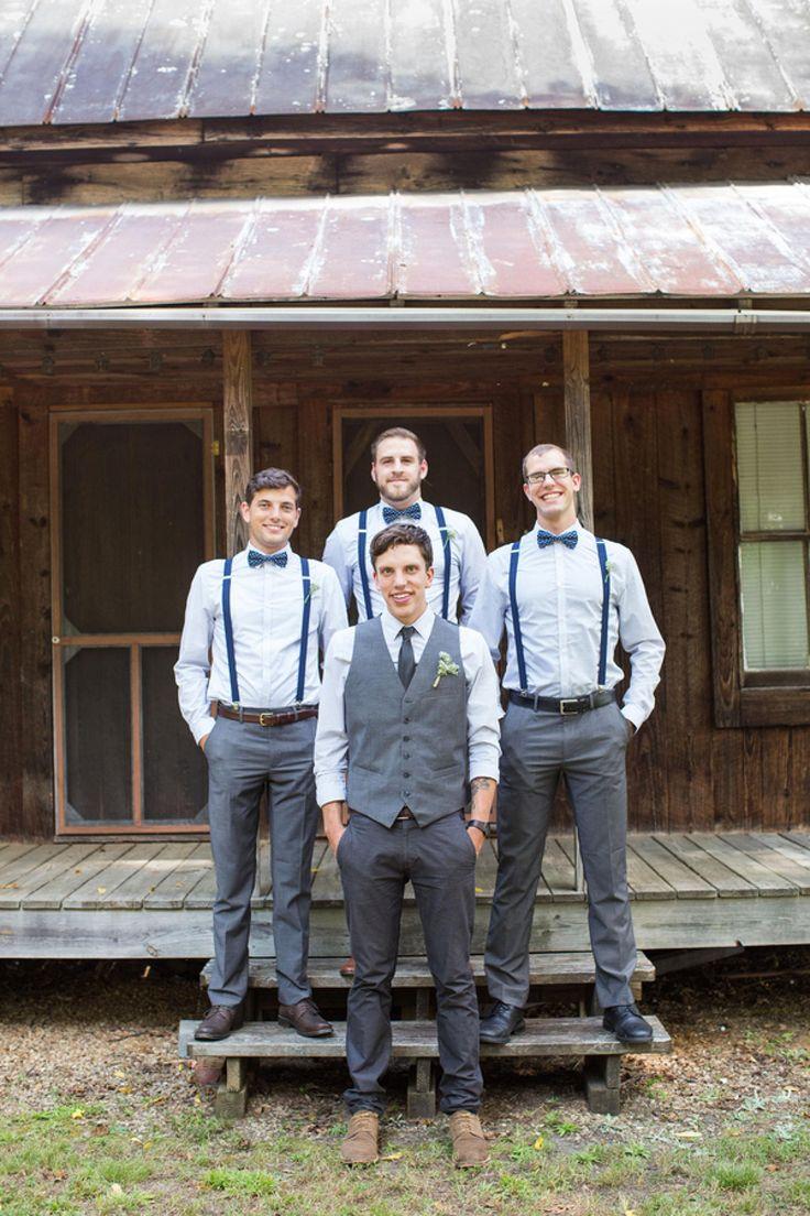 Novio y padrinos. Traje gris con azul, para una boda en jardín.