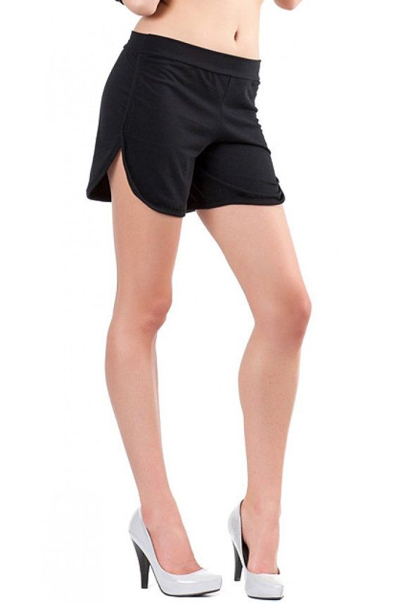 Sporty shorts of jersey fabric. The shorts have slits on both sides.