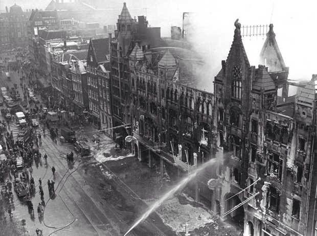 Damrak 1963. De C&A staat in de brand.