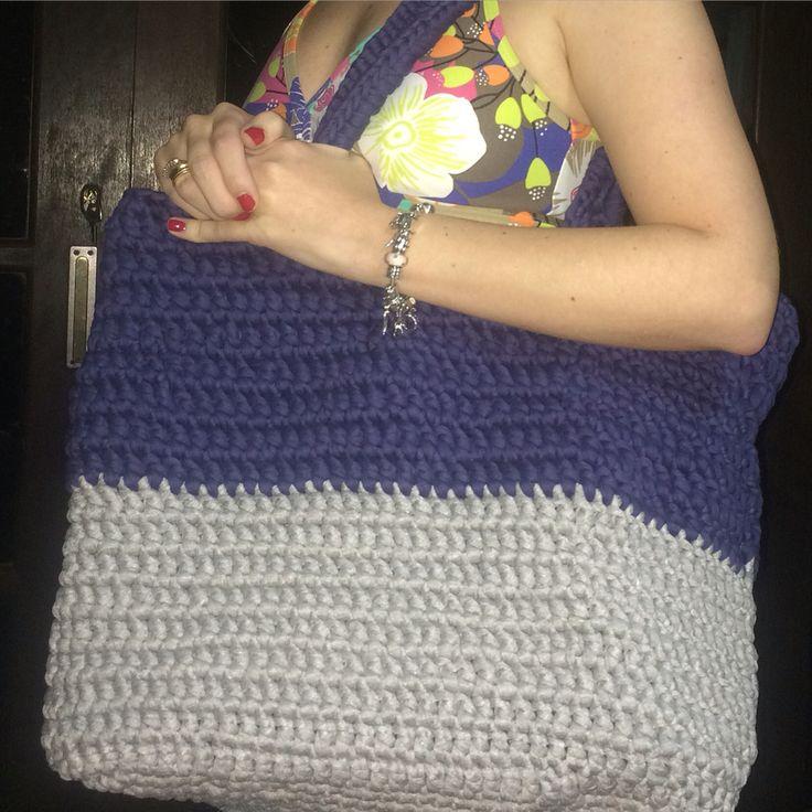 Bolsa de praia feita em crochê com fio de malha e ponto alto. #croche #bolsadecroche #fiodemalha
