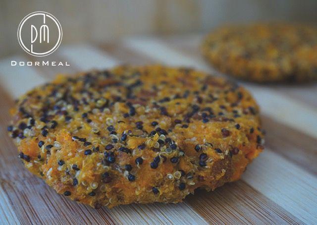 De Multi Burger! Veel mensen vinden het moeilijk om te variëren in hun eetgewoontes. Daarom wil ik jullie vandaag laten zien dat je makkelijk kan variëren met hetzelfde recept. Hierbij een vegetarische, vis en vleesrecept! De Vegaburger Wat heb je nodig voor twee vegaburgers? 75 gram gekookte zoete aardappel (gekookt) 75 gram gekookte quinoa 1 …