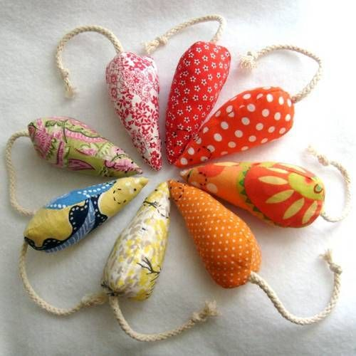 Teeny mice from reclaimed fabrics with TUTORIAL (A LOT of pics!) - HOME SWEET HOME / Catnip mice! Reason #512 to (learn to) use my sewing machine.