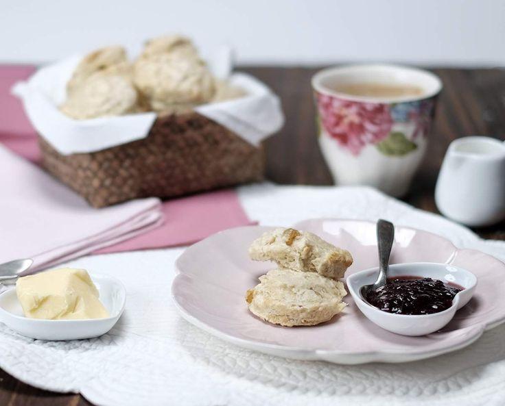 Mon Irlande de Trish Deseine et scones parfaits Pour une vingtaine de scones de 6 cm de diamètre environ :  - 500 g de farine à gâteau - 50 g de raisins secs - 1 c.à café de levure - 1 c.à café de bicarbonate de soude - 1 oeuf battu en omelette - 20 cl de lait ribot - 100g de beurre 1/2 sel froid coupé en morceaux