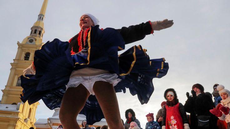 NAVIDAD ORTODOXA. Bailes durante las celebraciones ortodoxas de Navidad, en San Petersburgo, Rusia. Los creyentes ortodoxos rusos celebran la Navidad de acuerdo con el calendario juliano el 7 de enero. (AP /AFP) MIRA LA FOTOGALERIA HD