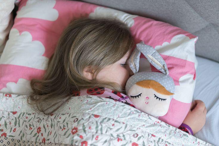 Wieviel Schlaf braucht mein Kind denn jetzt genau? In der Tabelle seht ihr Schlafenszeiten Empfehlungen für Kinder von 5 bis 12 Jahren.