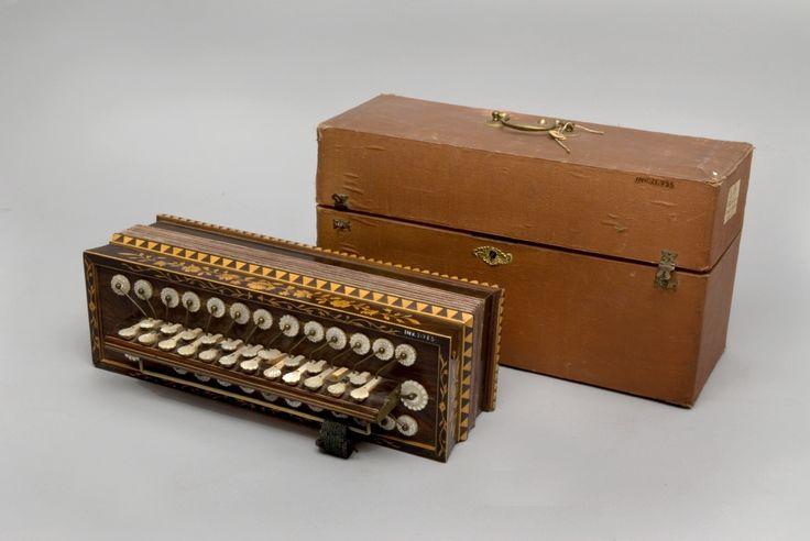 Flutina con mecanismo de botones, con veinticuatro cubiertos de nácar. #Madera #Música #Instrumentos #MNAD