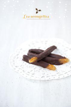Les orangettes de Noël - pour 40 orangettes environ  2 oranges 200g de sucre de canne blond 200ml d'eau 1/2 gousse de vanille  150 g de chocolat noir à 60-70 %