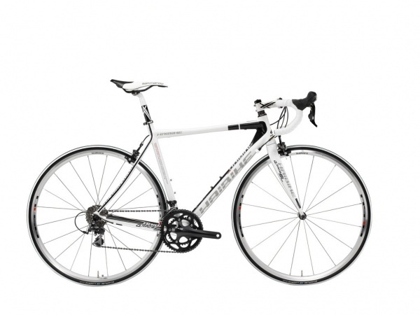 #Haibike stellt sein #Rennrad Q Race SL vor und es ist bedacht ausgewählt. Ein Aluminium Rahmen und die #Carbon Gabel sorgen für die grundlegende Leichtigkeit an dem #Bike, das mit einer #Shimano 105 Ausstattung bewaffnet ist. Das elegante und schlichte Design bringen das Prinzip dieses Bikes zum Vorschein, die Konzentration auf Leistung.