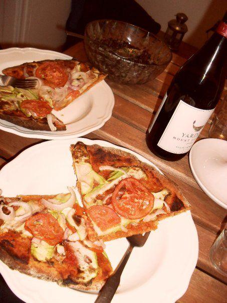 Pizzát sütni és pizzát rendelni nagyjából olyan távol áll egymástól, mint elolvasni a Rómeó és Júliát, vagy megnézni a Leonardo DiCapriós, hollywoodi feldolgozást.     Ennek a változatnak az elkészítésében ráadásul a pizzát alantas, hizlaló fogássá alacsonyító bűntársak nem vesznek részt: nincs benne sem...