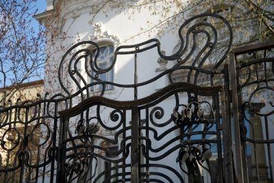 Budapest - Architectural photograph - Villa Körössy (Budapest, Városligeti av. 47.) Épületfotó - a Körössy-villa (Budapest, Városligeti fasor 47.) kertkapuja. http://www.artnouveau-net.eu/