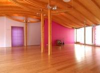 Der große Raum im Spirit Yoga Studio Mitte in Berlin.