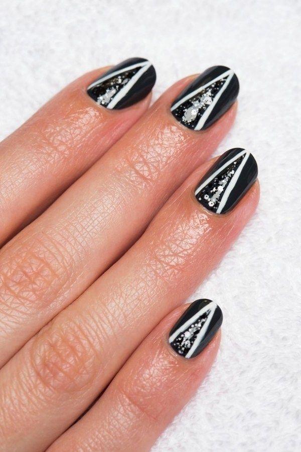 Nagellack-Trends-schwarzer Nagellack mit Dreieck-Muster-Disco-Feeling