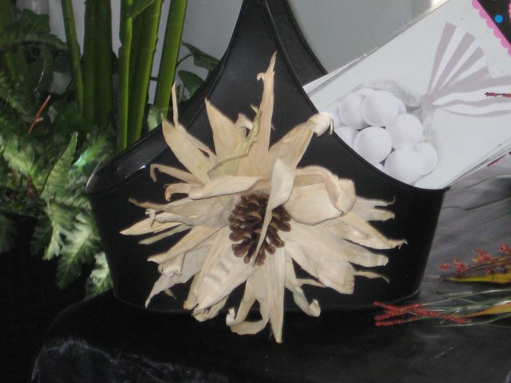 Easy Corn Husk Sunflower with pinecone .  Fall wedding to hold candy bags, programs,...