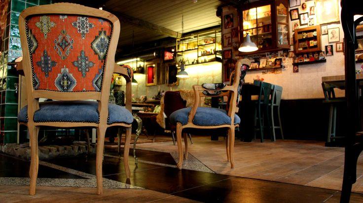 Gestoffeerde stoelen in stijl van het restaurant. Oud is Nieuw levert horeca inrichting op maat.