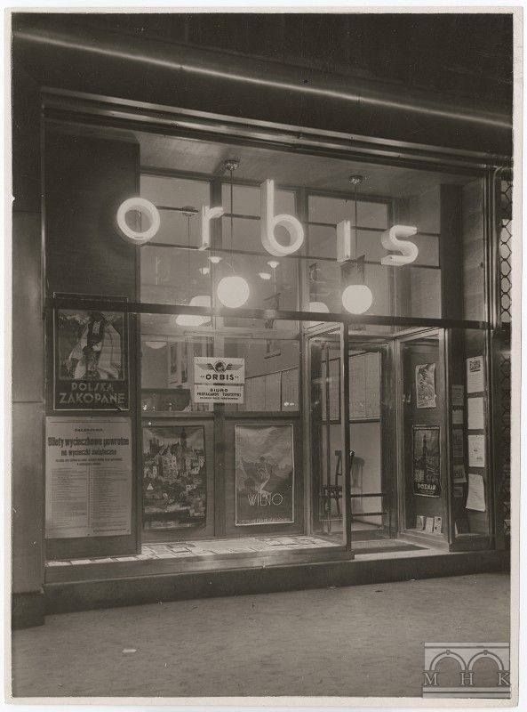 """Na zdjęciu Biuro podróży """"Orbis"""", Rynek Główny 41, 1932r., Agencja Fotograficzna """"Światowid"""", wł. MHK."""