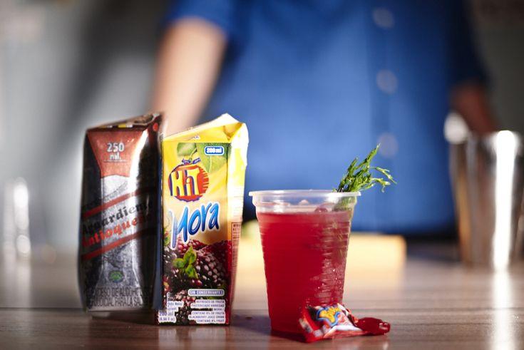 """""""Colombia Mora""""  Ingredientes: 2 onzas de aguardiente  1 onza de jugo hit 2 dulces de mora  Líquido de un Bubbaloo  Preparación: Lo esencial de este trago son las moritas. Se machacan con un mortero para que suelten el sabor, las mete en el shaker, y luego se las baña con aguardiente en el vaso con un poco de hielo. Se cuela en el vaso de servir y se le añaden dos onzas de jugo hit. Luego, se echa un hielo grande, una hojita de hierbabuena y el toque final es el líquido de Bubbaloo por…"""