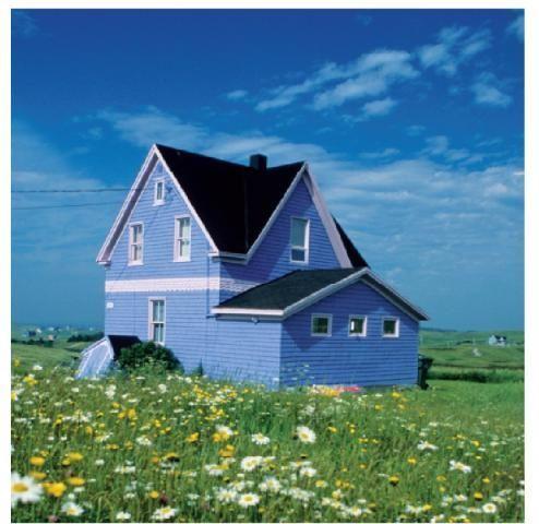 Maison bleue aux Iles de la Madeleine.