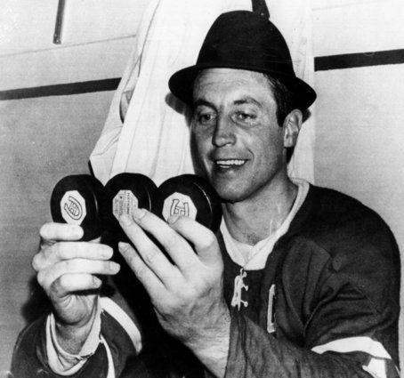 Jean Beliveau célèbre un tour du chapeau dans le match 2 de la demi-finale de conférence contre les Blackhawks de Chicago. 20 avril 1968.