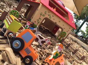 Drevený magnetický vlak Farma Story Set Janod je špičkový výrobok spĺňajúci prísne kritéria kvality a bezpečnosti. Farmársky vlak s kravičkou patrí do série hračiek Story Train Set.