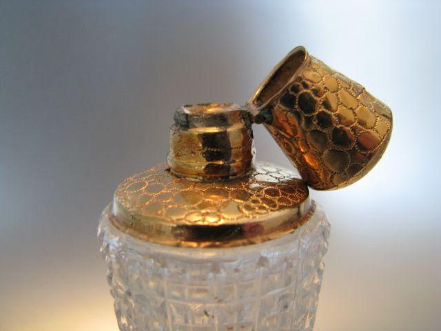 Kristallen parfumfles met gouden dop | Parfumflesjes | Collectie | Antiek Zilver