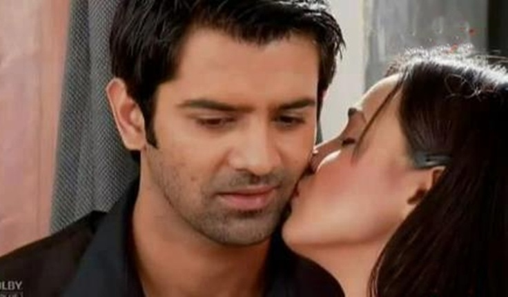 Khushi kisses Arnav on the cheeks