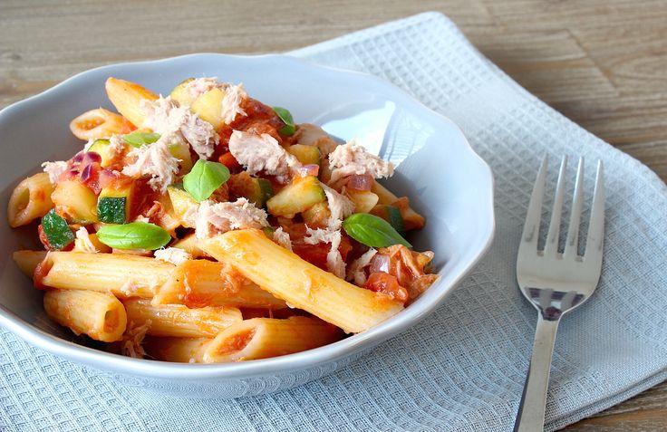 Dit smaakvolle gerecht hebje letterlijk binnen 20 minuten op tafel staan. Je hebt er weinig ingrediënten voor nodig, maar het zit wel bomvol smaak. Een echte topper voor de doordeweekse dagen dus! Dit heb je nodig (vier personen) 240 gr tonijn op water (uitgelekt gewicht) 280 gr penne (ongekookt gewicht) 1 blik gepelde tomaten 1 …