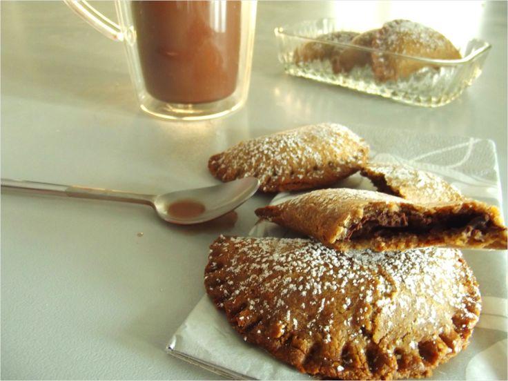 Ces jolis petits croissants ont spécialement été confectionner pour être tremper dans un chocolat chaud. Le craquant de la pâte sablée fourrée au chocolat et la douceur du lait vous envoient rapidement sur un petit nuage, tout chocolaté. Une pâte sablée allégée en gras où le beurre allégé et la noix se substituent au beurre classique. Les noix apportent de bonnes calories : elles sont riches en vitamine E et en antioxydants, elles permettent de lutter contre le mauvais cholestérol. La…