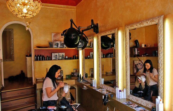 Kleiner Raum. In einem separaten Bereich bieten wir zusätzlich Kosmetik und Maniküre an.