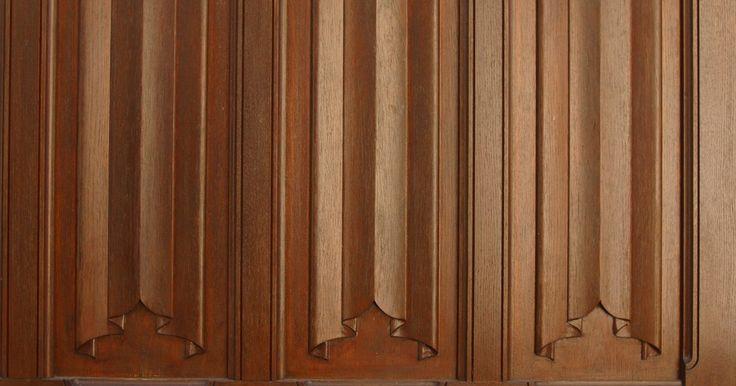 Como instalar painéis de madeira em paredes. Painéis de madeira acrescentam textura às paredes nuas e comuns. Há também muitas maneiras de usá-los: cobrindo as paredes e o teto de uma sala com o material, usando-o como ponto focal em uma parede ou, ainda, instalando-o como uma parede parcial, como os lambris. Instale lambris e outros painéis de madeira combinando com a guarnição para dar ao ...