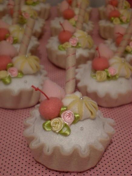 Cupcake em feltro, com enchimento acrílico. Perfumados com essência de sua preferência. Uma doce lembrança para qualquer ocasião. R$12,00