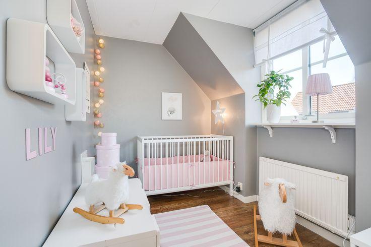 Fantastiskt barnrum i grått vitt och rosa! Ljuvligt!!