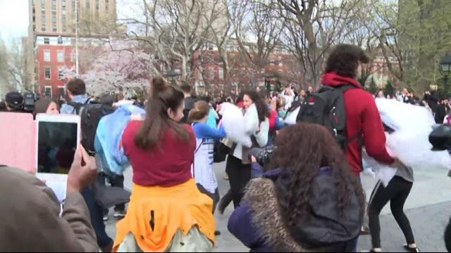 """Roma, (askanews) - La grande Washington Square Park di New York si è trasformata in un'arena da combattimento per centinaia di newyorkesi che si sono dati battaglia a colpi di cuscinate, con piume che volavano ovunque.  L'evento, organizzato per il settimo """"International Pillow Fight Day"""", la Giornata Mondiale della battaglia di cuscini, è andato in scena anche in altre città del mondo ma a New York anche con uno scopo benefico: raccogliere fondi a favore di un'associazione che aiuta i…"""