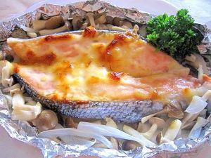 「鮭のホイル焼き☆新玉ねぎとしめじ入り」オーブントースターで簡単に焼きました♪味噌マヨが美味しいでした。【楽天レシピ】