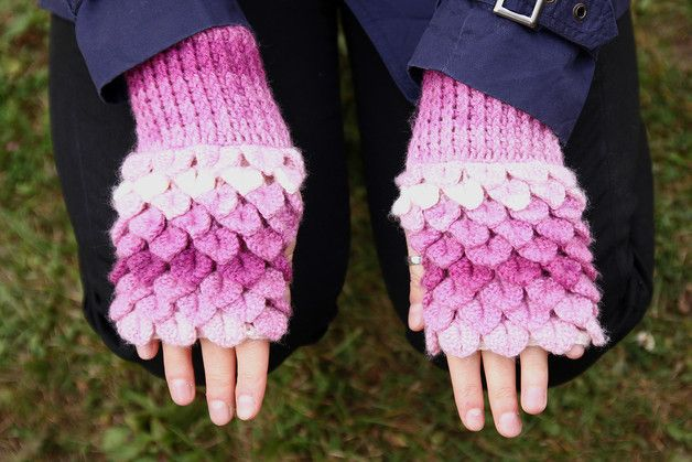 Ręcznie wykonane rękawiczki bez palców z cieniowanej różowej włóczki akrylowej (miękka i ciepła)   Szerokość na górze 2x10 cm Szerokość na dole 2x9,5 cm Wysokość 18 cm