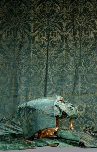 Partie d'un important meuble en brocatelle verte, fin du XVIIe - début du XVIIIe siècle, lin et soie, grand dessin à pointe de fleur épanouie et grenades entre des ramages. Métrage total 35 x 0,53 m env.… - Daguerre - 14/11/2014