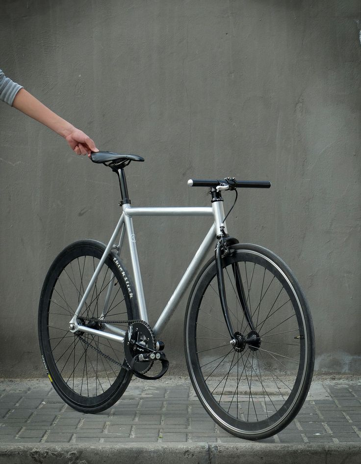 Factory Five F550 #fixie with H Plus Son SL42 rims laced to Gran Compe hubs, Sugino Messenger crankset, Prologo EVO PAS saddle, MKS pedals and Restrap straps. Sweet.