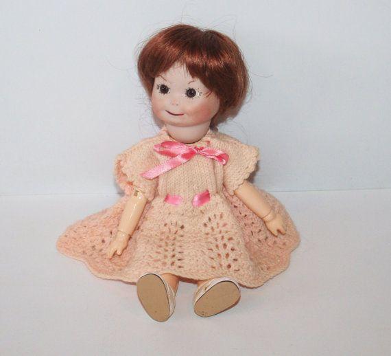 Mooie A.O.M. Googly Eyed reproductie pop.  Dit is een mooie oude Googly Eyed reproductie pop. Ze heeft een houten lichaam niet gemarkeerd. Ze heeft een mooie geplakt op pruik. Bisque hoofd zeer goed en haar hoofd draait. Het is zeer goed gemaakt. Haar ogen zijn een mooie grote bruine schaduwzijde glasogen blik, maar ziet er gewoon uit alinement. Ze heeft al haar vingers en tenen aanwezig. Een zeer mooie pop.  Ze heeft een zeer realistische vintage slipje, ook met een vintage wollen jurk…
