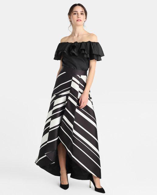 Falda larga con estampado de rayas en blanco y negro.