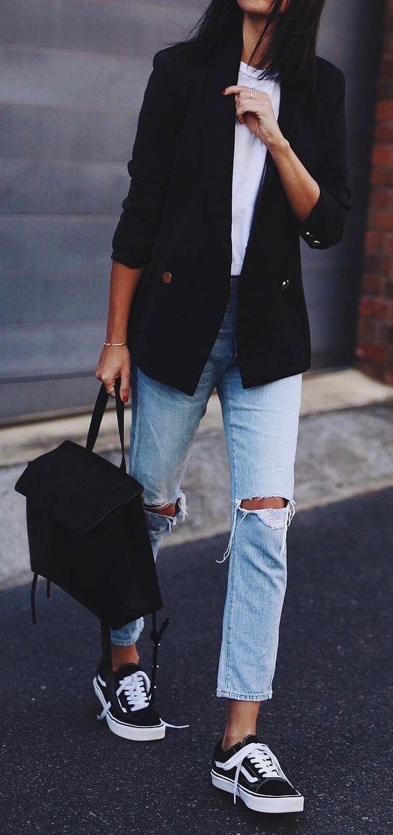 10 Peças para você começar a montar seu closet básico. Blazer preto, t-shirt branca, calça jeans destroyed, tênis preto, vans old skook