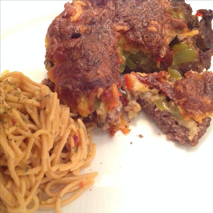 Oksekødsbowle fyldt med stegt peberfrugt og ost. Med pestonudler.